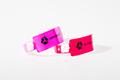 Leveä vinyyliranneke, pohjaväreinä Pink Glow ja Neon PInk
